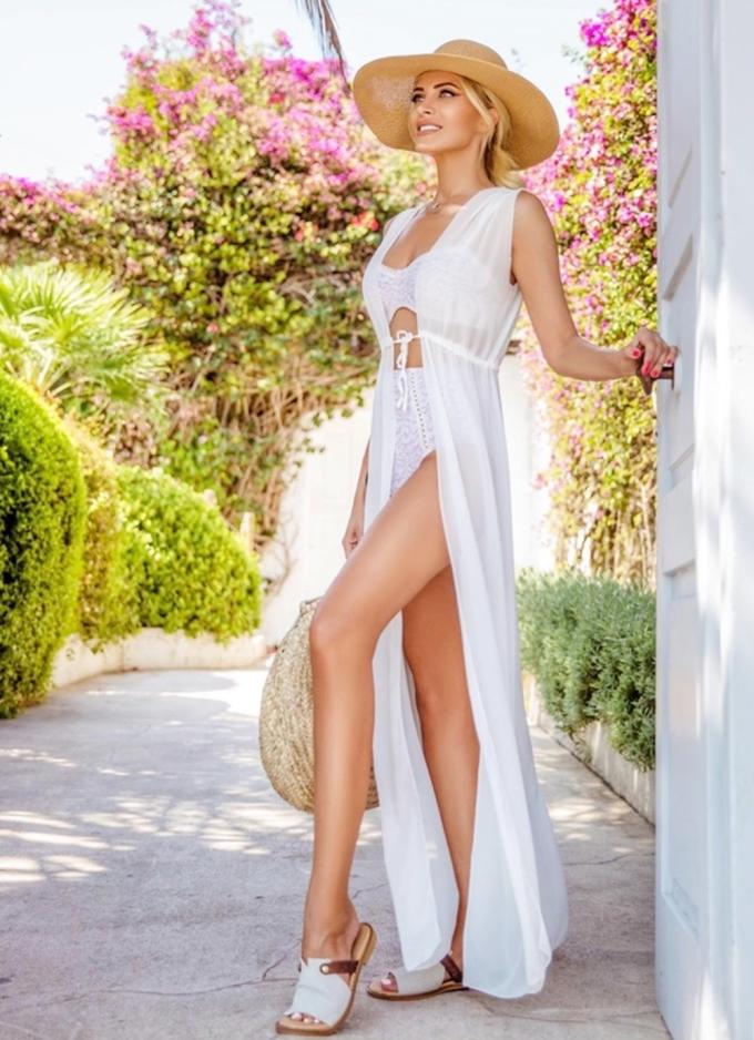 Loạt ảnh diện áo tắm của Katerina Kainourgiou trên Instagram thu hút hàng chục nghìn lượt thích và bình luận. Đa số khán giả khen nữ MC gợi cảm, tôn làn da và vóc dáng. Người đẹp phối áo choàng sát nách dáng dài với bikini ren, sandal đế bệt và túi cói bản to.