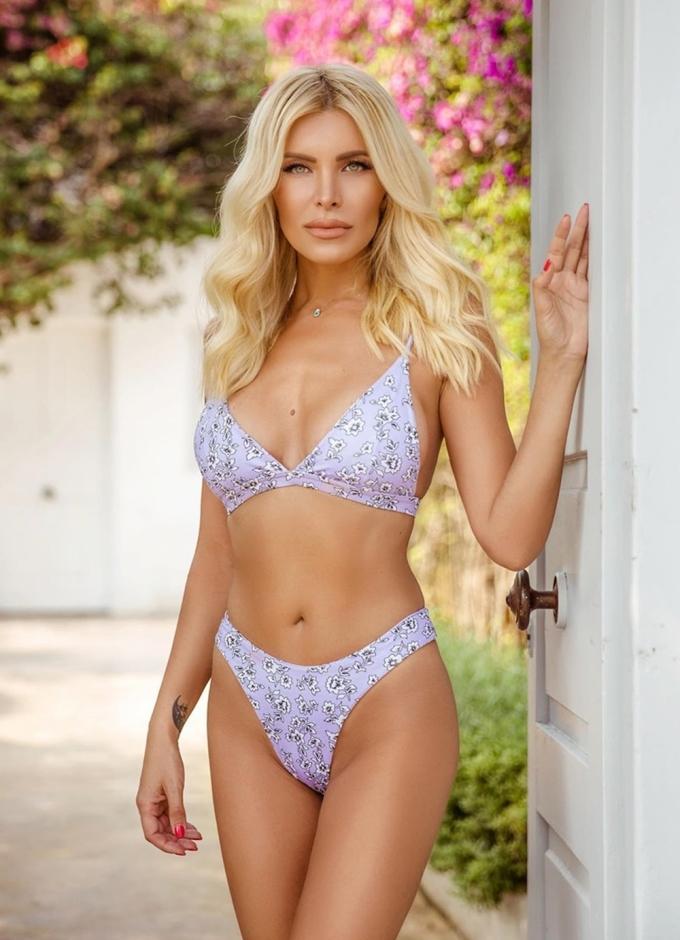Mẫu bikini họa tiết hoa có kiểu dáng phổ thông, riêng quần xẻ hông cao hợp với những người có vòng ba cân đối.