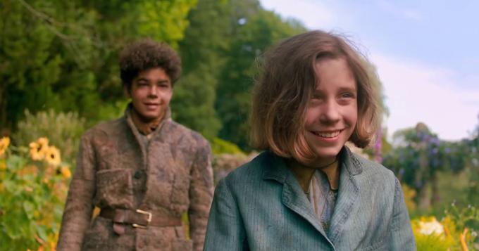 Nhân vật chính - cô bé Mary Lennox (phải), cậu bé làm vườn Dickon (trái).  Ảnh: STX Entertainment.