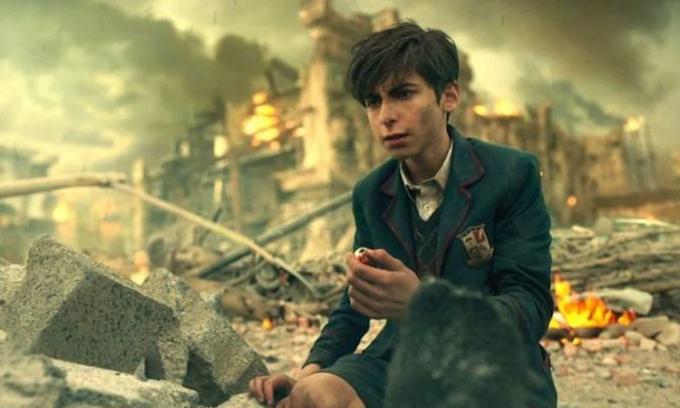 Nhân vật Five mắc kẹt ở tương lai hàng chục năm sau một lần thử du hành thời gian, phát hiện thế giới sắp bị diệt vong. Ảnh: Netflix.