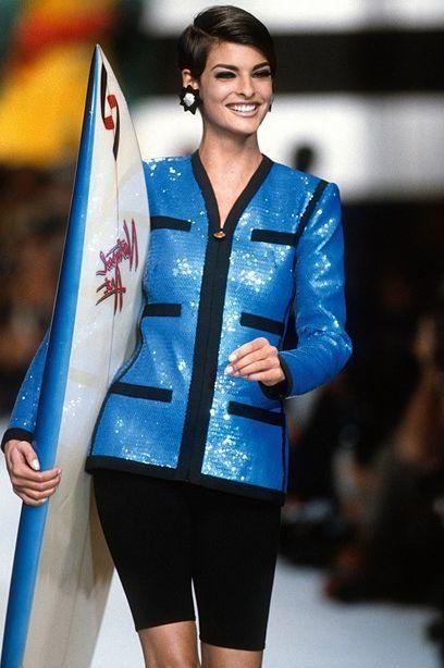 Trào lưu kết hợp thời trang với phụ kiện thể thao đã phát triển từ thập niên 1990 đến nay. Trong đó, ván lướt sóng được nhiều nhà mốt xa xỉ lựa chọn để thể hiện cấp độ cao nhất của nghề thủ công. Những tác phẩm này hướng đến khách hàng thượng lưu, đam mê lướt sóng đồng thời có gu thẩm mỹ.Chanel là một trong những thương hiệu đi đầu trào lưu này. Ở bộ sưu tập Xuân Hè 1991, siêu mẫu Linda Evangelista bước xuống đường băng trong chiếc blazer sequin và quần short biker cùng phụ kiện bãi biển - một tấm ván lướt sóng. Từ đó tới nay, hãng duy trì phát triển dòng thể thao. Ngoài ván lướt sóng mang logo, nhà mốt Pháp còn tung ra vợt tennis, bóng tennis, vợt bóng bàn... Ảnh: Chanel.