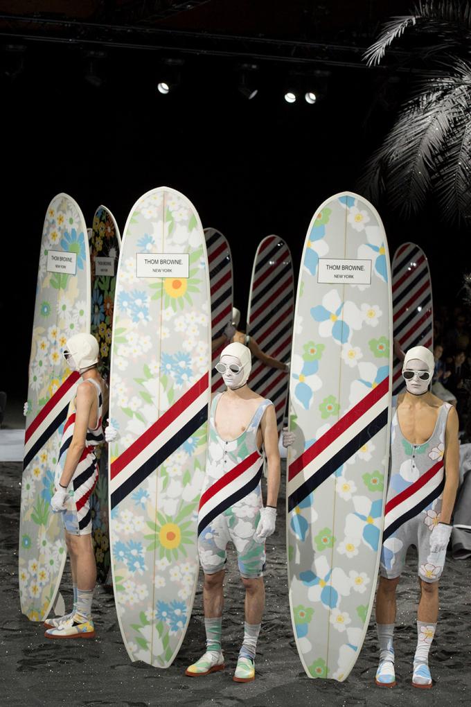 Trong bộ sưu tập Xuân Hè 2017, Vogue mô tả Thom Browne đã đưa bộ đồ bơi lên một tầm cao mới. Các người mẫu trong trang phục đi biển cao cấp mang những tấm ván lướt sóng màu sắc rực rỡ, in những bông hoa lấy cảm hứng từ phong cách Hawaii và thập niên 1960. Ảnh: Gorunway.