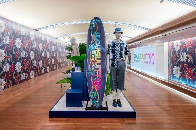 Khi còn dẫn dắt Louis Vuitton, Kim Jones từng giới thiệu ván lướt sóng lấy cảm hứng từ graffiti cho bộ sưu tập Xuân Hè 2018. Thiết kế được trưng bày ở trung tâm cửa hàng - nơi được trang trí theo phong cách bãi biển. Ảnh: LV.