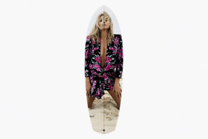 Hợp tác với nhà thiết kế lướt ván Jeff Mccallum, Saint Laurent in hình ảnh siêu mẫu Kate Moss do Inez và Vinoodh chụp trong chiến dịch quảng bá bộ sưu tập Thu Đông 2018 lên tấm ván. Theo CR, đây là một trong những tấm ván đẹp và sexy nhất của trào lưu. Ảnh: Saint Laurent.