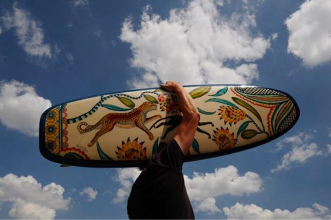 Với bộ sưu tập Thu Đông 2018, Hermès đem tới ván được vẽ họa tiết hoa lá cùng chú báo đốm tinh tế, sang trọng lấy cảm hứng từ các loài hoa bản địa ở Nam Phi, nghệ thuật làm gốm cùa dân tộc Zulu. Đặc biệt, chúng còn tỏa mùi hương của cây bách xù và sáp thơm. Ảnh: Hermes.