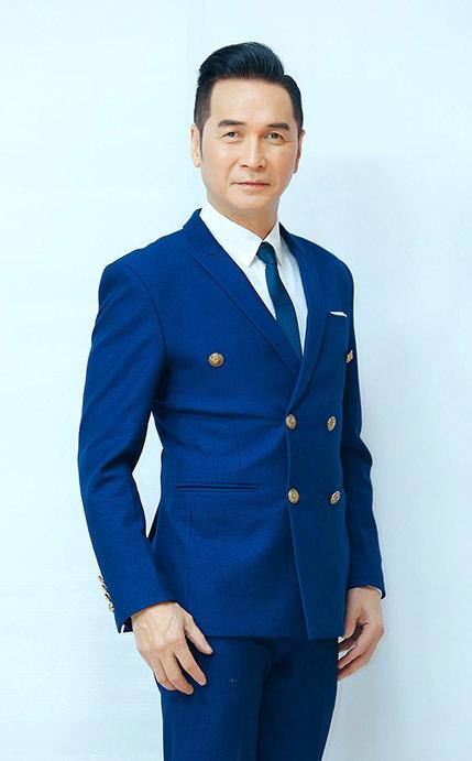 Ca sĩ Nguyễn Hưng thường mặc vest lịch lãm mỗi khi xuất hiện. Ảnh: THVL.