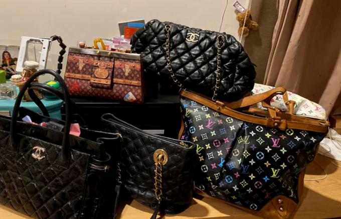 Các loại túi xách của Cẩm Vân được bán thanh lý làm từ thiện. Ảnh: Cẩm Vân.