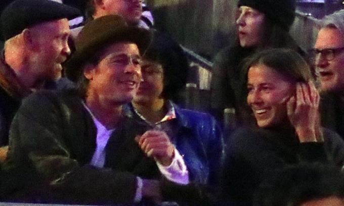 Brad Pitt và người mẫu Nicole Poturalski tại đêm nhạc của Kanye West cuối năm ngoái. Anh: Splashnews.