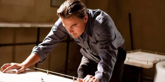 Leonardo với totem con quay trong phim. Ảnh: Warner Bros.