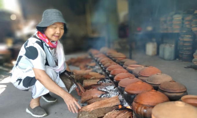 Nghệ sĩ Đức Lưu thử kho cá. Ảnh: Nhân vật cung cấp.