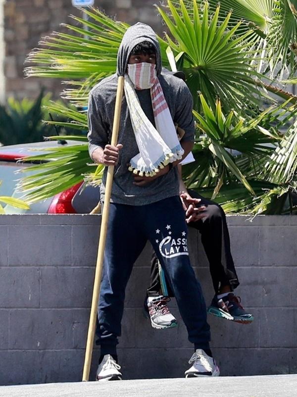 Chadwick Boseman chống gậy di chuyển hồi tháng 5. Ảnh: Backgrid