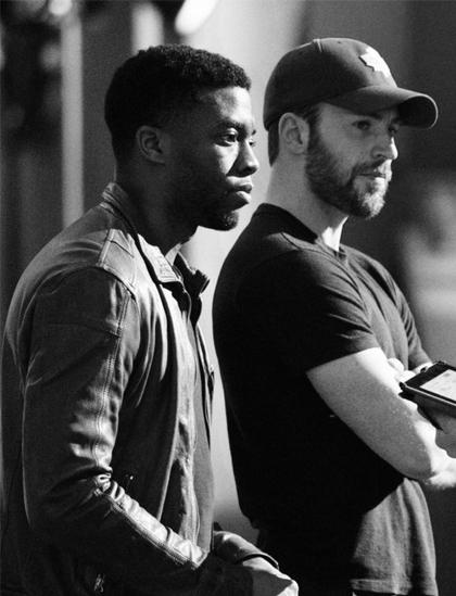 Chris Evans (phải) và Chadwick Boseman trên phim trường của Marvel. Ảnh: Chụp màn hình từ Chris Evans Twitter.