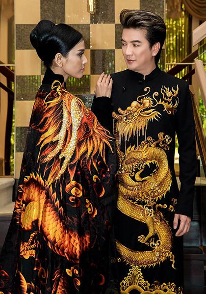 Đàm Vĩnh Hưng và Trương Thị May trong bộ áo dài rồng vàng được đấu giá. Ảnh: Nhân vật cung cấp.