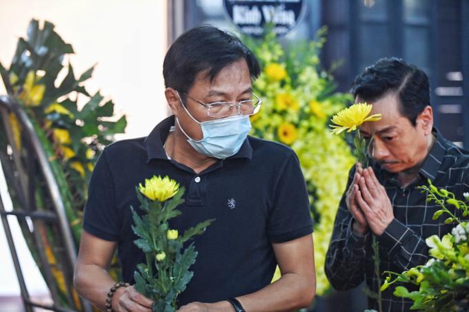 Đạo diễn Trọng Trinh (trái), NSND Hoàng Dũng tới viếng cố nghệ sĩ Trần Phương. Ảnh: Giang Huy.