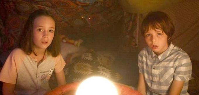 Diễn viên nhí Vicky Andren (trái) vai Madeleine lúc nhỏ và Simon Susset vai Thomas - anh của Madeleine. Với chủ đề kỳ ảo cùng cách khai thác bất ngờ, phim Kẻ cắp nhân dạng giành được nhiều lời khen từ giới phê bình Pháp. Ảnh: CGV.
