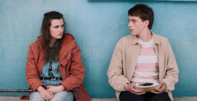 Camille Claris (trái) trong vai Madeleine lúc lớn và Benjamin Voisin vai Simon trong phim Kẻ cắp nhân dạng.Ảnh: CGV.