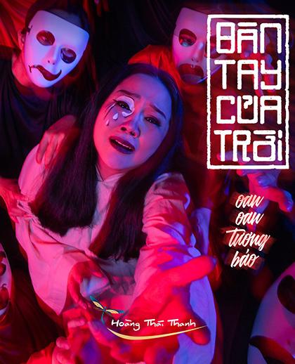 Ái Như (giữa) trên poster vở Bàn tay của trời. Ảnh: Sân khấu Hoàng Thái Thanh.