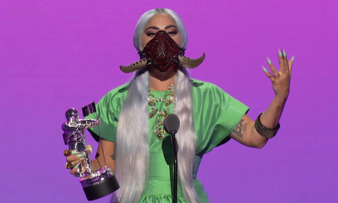 Lady Gaga đeo khẩu trang suốt buổi lễ trao giải. Ảnh: Reuters.