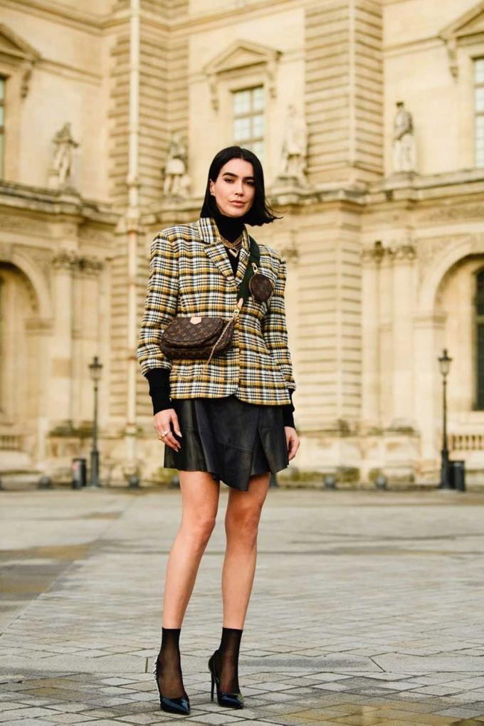 Giày cao gót màu đen luôn nằm trong danh sách các món đồ không thể thiếu của nàng công sở. Kiểu gót nhọn, màu đen nhám hoặc bóng hiếm khi lỗi mốt, dễ biến tấu với nhiều trang phục. Thiết kế cổ điển này có thể được làm mới bằng cách mix-match thêm đôi tất cao cổ đồng màu. Đây cũng là cách phối đang được các fashionista lăng xê và trở thành trào lưu street style.