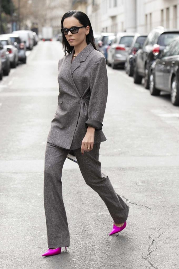 Giày màu nổi như hồng, đỏ, vàng, xanh... thường được dùng làm điểm nhấn khi đi kèm các set đồ tối giản, màu trung tính. Theo Harpers Bazaar, các nàng nên thử nghiệm cách phối này, vì đôi khi phụ kiện rực rỡ là vũ khí để biến những chiếc váy đen, đồ denim và vest trở nên sống động.