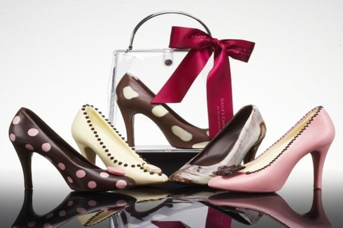 Theo tạp chí Harpers Bazaar, thời trang mỗi mùa luôn khác biệt, kéo theo đó, phụ kiện (giày, mũ, túi xách...) cũng được cập nhật, đổi mới liên tục. Chạy đua với xu hướng là cuộc chơi dài hơi và tốn kém. Phái nữ có thể tiết kiệm chi phí bằng cách chọn những món đồ có tính ứng dụng cao, kiểu dáng cơ bản, có thể dùng nhiều năm mà không sợ lỗi thời. Dưới đây là 9 kiểu giày dép phổ biến, dễ phối và tôn phong cách