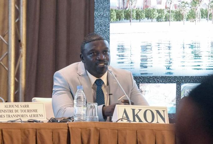 Akon tại buổi họp báo công bố dự án thành phố Akon hôm 31/8. Trước đó, năm 2014, ca sĩ cũng đầu tư dự án Akon Lighting Africa cung cấp điện năng lượng mặt trời cho 600 triệu người châu Phi. Ảnh: AFP.