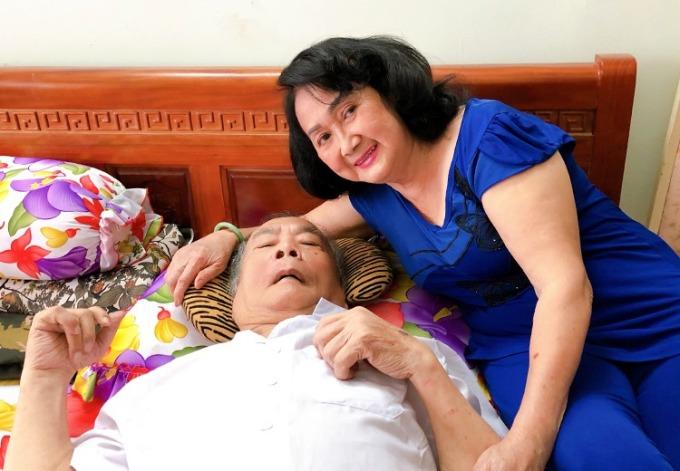 Trang Bích Liễu chăm sóc chồng - nghệ sĩ Thanh Tú - 12 năm ông nằm liệt giường vì đột quỵ. Ảnh: Mai Nhật/