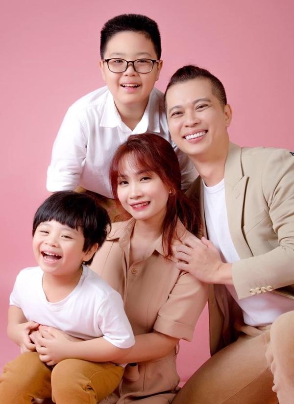 Nam Khánh bên vợ và hai con. Ảnh: Nhân vật cung cấp.