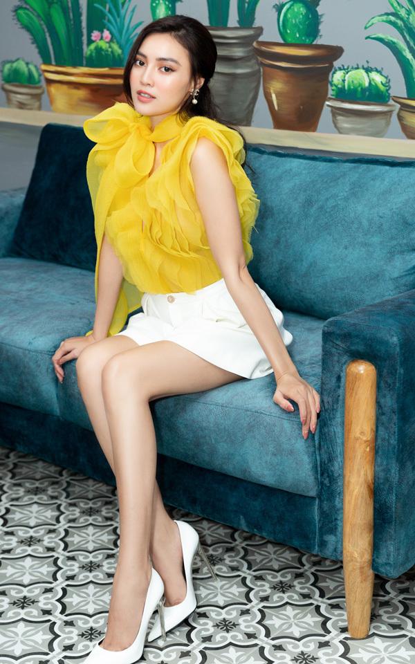 Lan Ngọc mặc thiết kế của Lê Thanh Hòa, người sáng tạo trang phục cho cô trong bộ phim Gái già lắm chiêu 3.