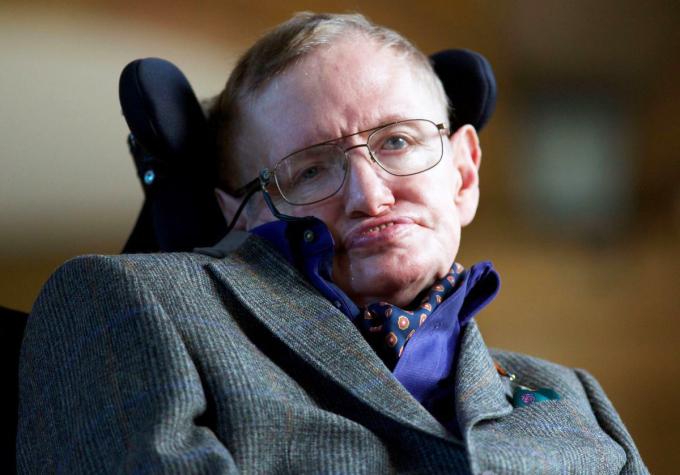 Nhà vật lý, toán học Stephen Hawking. Vì mắc bệnh thần kinh cột sống, ban đầu ông sử dụng nạng để di chuyển, sau đó phải dùng đến xe lăn. Trong hoàn cảnh như vậy, ông vẫn không ngừng nghiên cứu khoa học.Mục tiêu của tôi rất đơn giản. Đó là hiểu toàn bộ về vũ trụ, vì sao vũ trụ lại như vậy và vì sao nó tồn tại, ông chia sẻ. Ảnh: Andrew Cowie