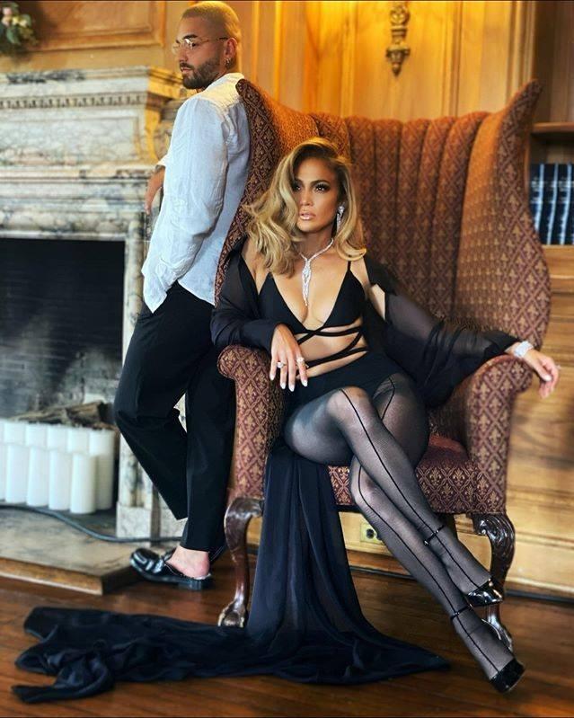 JLo mặc áo xuyên thấu của Công Trí, tất của Mugler và giày cao gót của Femme 169 USD