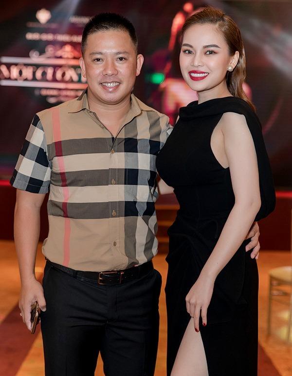 Chồng Giang Hồng Ngọc (trái) đến ủng hộ vợ ra mắt sản phẩm mới ngày 25/9 tại TP HCM. Ảnh: Lê Huy.