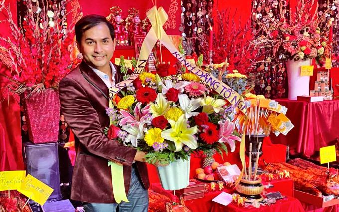 Diễn viên Đức Tiến  dâng hoa lên tổ nghiệp. Ảnh: Bảo Nguyễn.