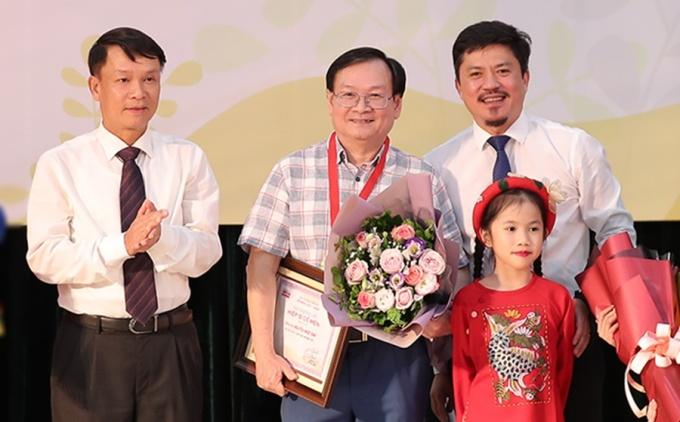 Nhà văn Nguyễn Nhật Ánh (giữa) nhận giải Hiệp sĩ Dế Mèn. Ảnh: Hòa Nguyễn.