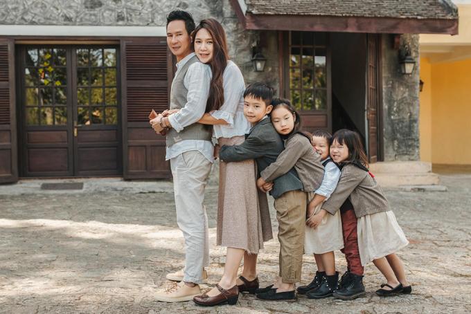 Từ trái qua: vợ chồng Lý Hải cùng các con Rio, Cherry, Mio, Sunny. Ảnh: Mr Two.