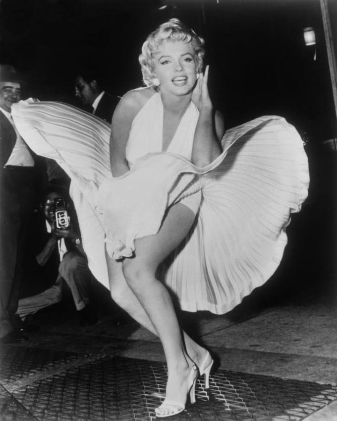 Hannah Lack của CNN nhận xét: Cả cô ấy và chiếc váy đều trắng như thiên thần và táo bạo. Thiết kế phản ánh nét đối lập đầy thu hút của chính nữ diễn viên. Ảnh: AP.