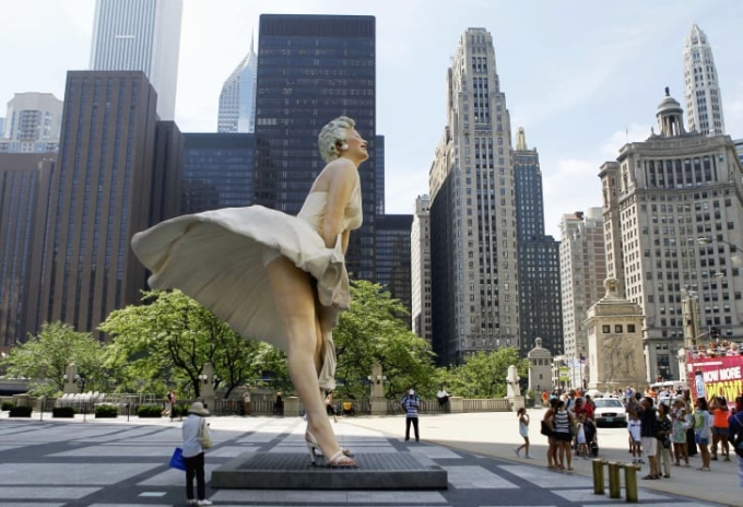 Người xem tập trung quanh tác phẩm Forever Marilyn. Ảnh: AP.