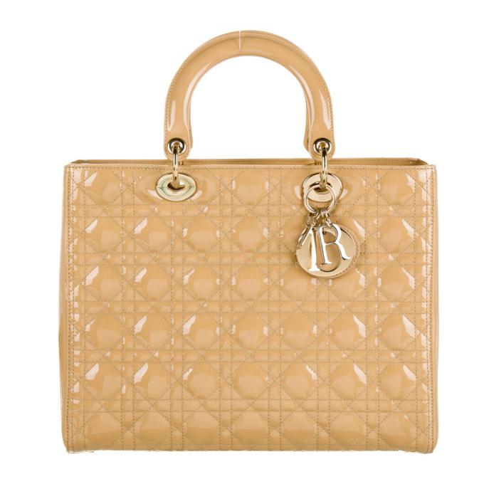 Màu beige (be) thống trị làng mốt cả Xuân Hè lẫn Thu Đông từ năm ngoái đến nay. Theo Vogue, màu sắc này nhẹ nhàng nhưng sang trọng và không lỗi mốt. Dưới đây là 11 chiếc túi xa xỉ có gam be chủ đạo, mới sử dụng vài lần, sang tay từ dưới 10 triệu đến hơn 50 triệu đồng trên Joolux. Dòng Lady Dior chế tác từ da cừu, từng được cha đẻ nhà mốt - Christian Dior - đánh giá mang vẻ đẹp vượt thời gian, tôn vinh tính hiện đại của thương hiệu. Phụ kiện ghi điểm với dáng hộp, quai xách đính rời, kết nối thân túi bằng móc kim loại. Sản phẩm còn mới, giá sang tay 50,14 triệu đồng.