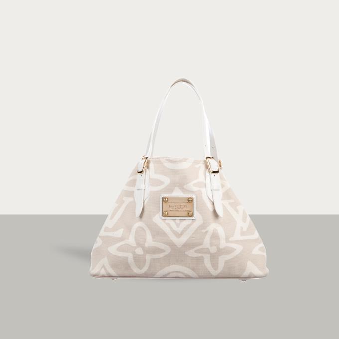 Cabas Tahitienne MM là mẫu túi xách của Louis Vuitton. Ngoài logo thương hiệu chạm khắc nổi bật trên mặt trước túi, nhà sản xuất còn đính kèm chi tiết kim loại bằng đồng với tông vàng sang trọng. Sản phẩm thiết kế có 1 ngăn chứa đồ lớn, 1 ngăn nhỏ cắm thẻ và 1 ngăn khóa kéo bên trong, hiện được bán lại 22,69 triệu đồng trên Joolux. https://joolux.com/i/tui-xach-louis-vuitton-cabas-tahitienne-mm/17313
