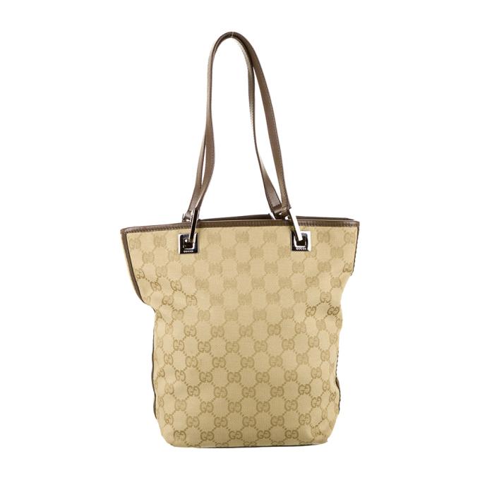 Túi Tote Gucci Small GG Canvas Bucket chất liệu vải canvas, in hoa văn GG với phần kim loại tông vàng sang trọng. Viền túi và dây đeo bằng da màu nâu, form túi rộng nên rất tiện dụng, có giá 10,25triệu đồng. https://joolux.com/i/tui-tote-gucci-small-gg-canvas-bucket/16685