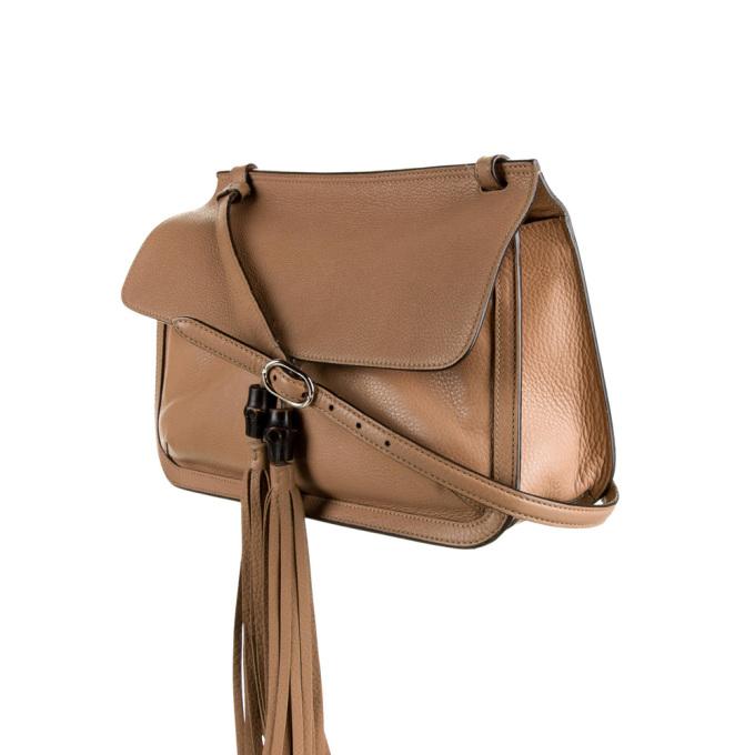 Mẫu Medium Bamboo của Gucci có thiết kế dây đeo vai đơn dễ điều chỉnh, túi kép nhỏ âm vào vách, nắp đóng có khóa từ tính ở mặt trước. Nhà sản xuất tạo điểm nhấn là trang trí tua rua kết hợp kim loại tông màu bạc. Sản phẩm bán lại 17,11 triệu đồng.