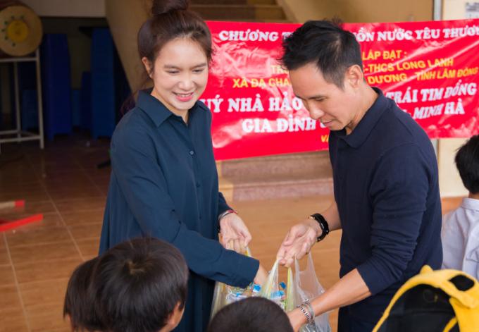 Vợ chồng Lý Hải - Minh Hà làm thiện nguyện tại buôn làng người KHo, huyện Lạc Dương, Lâm Đồng hồi tháng 9. Ảnh: Lê Tuấn.