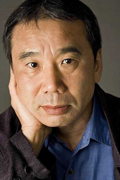 Haruki Murakami sinh năm 1949. Ông luôn đưa vợ đọc bản thảo đầu tiên, được góp ý đến 200 tờ ghi chú. Tác giả nói trên newyoker: Tôi cố gắng viết làm sao để nhận ít giấy nhắn hơn. Ảnh: Elena Seibert