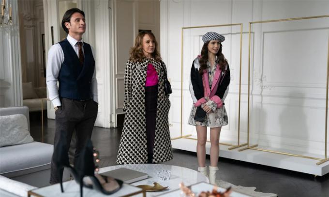 Trang phục của Sylvie (giữa) và Emily (phải) trong phim. Ảnh: Netflix.