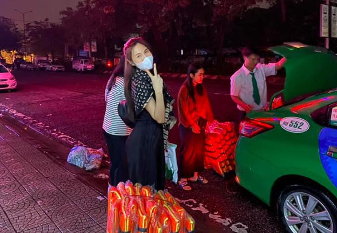 Thủy Tiên cùng các tình nguyện viên đưa áo phao, nhu yếu phẩm lên xe để hỗ trợ người dân sáng 14/10.