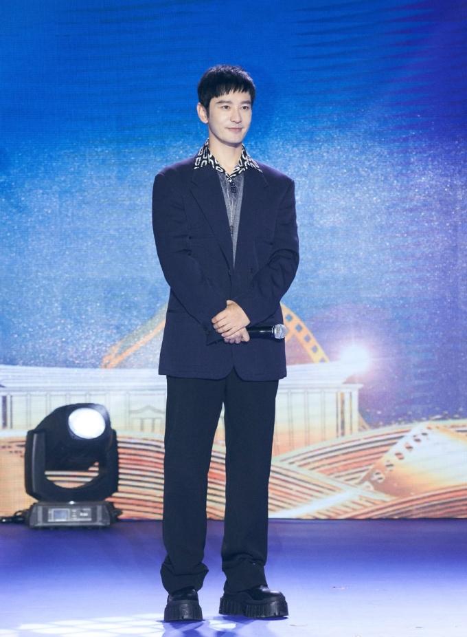Trên Weibo, nhiều fan nữ gọi Huỳnh Hiểu Minh là ông chú điển trai khi diện phong cách retro với áo sơ mi họa tiết, quần Tây đen ống rộng và