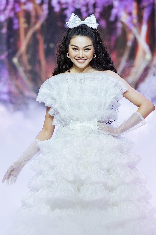 Thanh Hằng làm công chúa trẻ trung hack tuổi làm vedete cho show diễn cổ tích The Princess của NTK Nguyễn Minh Công
