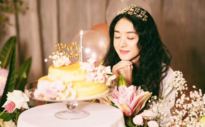 Triệu Lệ Dĩnh trong tiệc sinh nhật tuổi 33. Ảnh: Weibo.