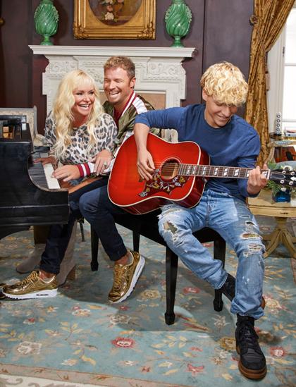 Gia đình ca sĩ Brian Littrell (giữa) trong thời kỳ tránh dịch. Ảnh: People.