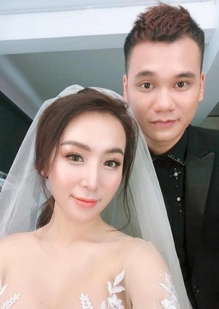 Ca sĩ Khắc Việt và bà xã Thanh Thảo. Ảnh: Facebook Viet Khac Nguyen.